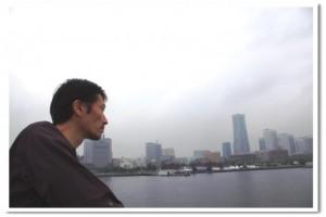 川を眺める男性