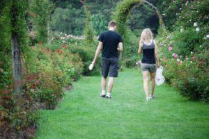 男性と女性が散歩をする様子