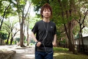 音楽を聴きながらジョギングする男性