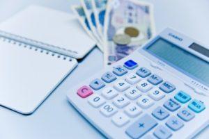 電卓、お金、ノート