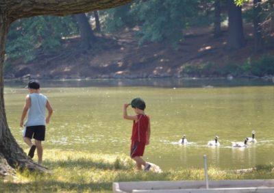 湖のそば子ども